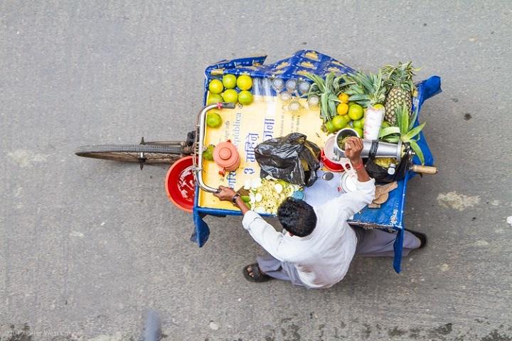 Hombre vendiendo lima en Nepal