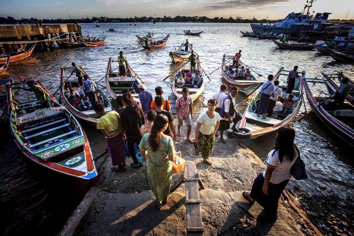 personas en botes
