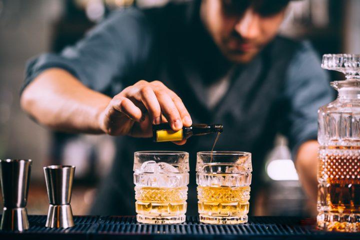 Barman sirviendo un trago