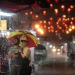 hombres bajo la lluvia