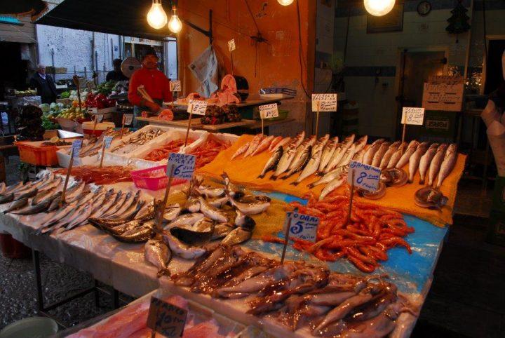 gente vendiendo pescado