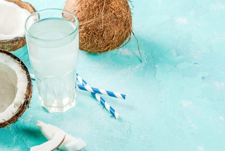 tomar licor en la piscina