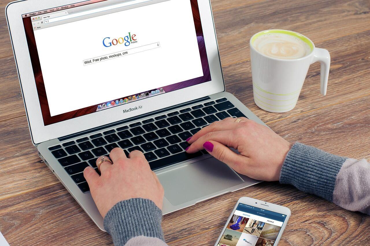 chica buscando en google
