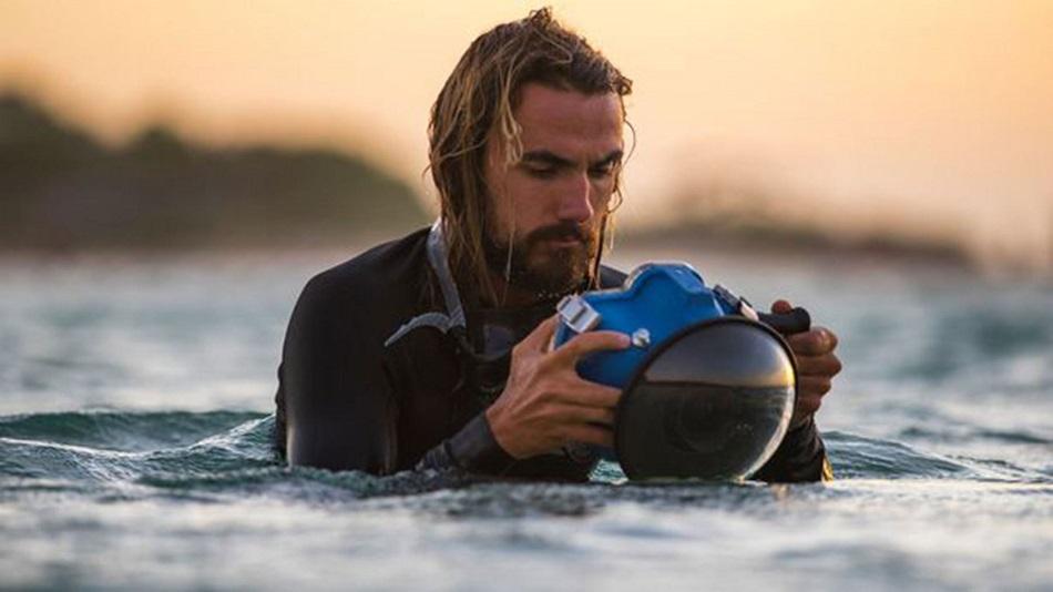 fotógrafo dentro del agua