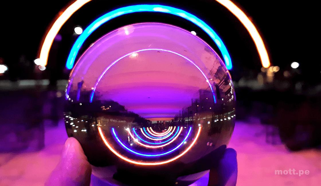 foto creativa con bola de cristal