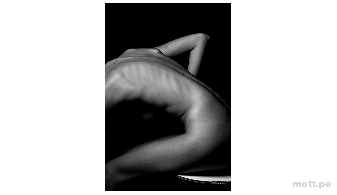 Use-líneas-en-la-fotografía-de-cuerpo-para-enfatizar-la-estructura-del-cuerpo-humano