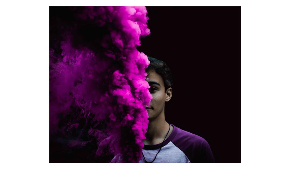 Para-crear-un-efecto-minimalista-tome-la-fotografía-con-humo-de-colores-delante-de-un-fondo-negro.