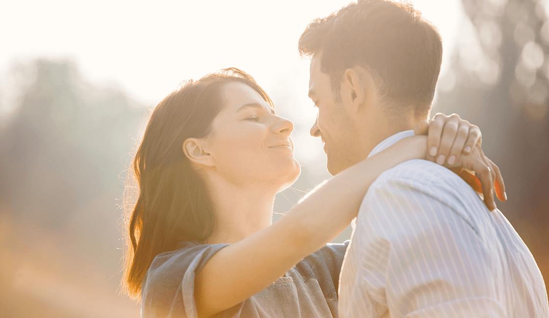 Para-expresar-amor-en-fotos-románticas-pídeles-que-se-digan-cosas-buenas-el-uno-al-otro.