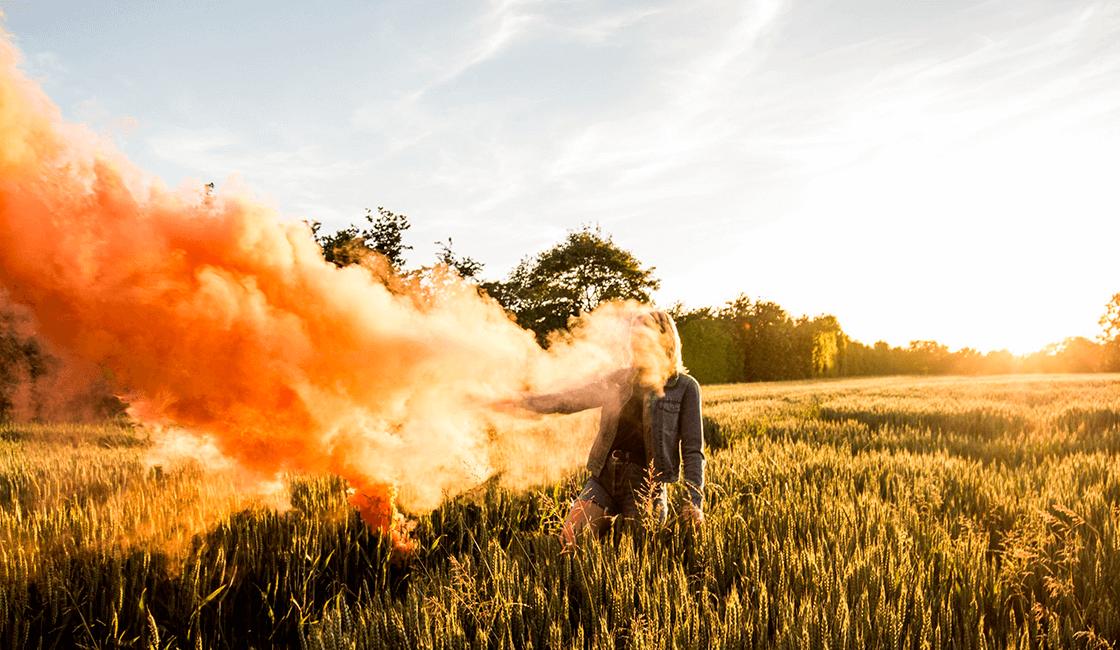 Si-te-encanta-la-luz-exterior-toma-imágenes-de-humo-de-colores-durante-la-hora-dorada.