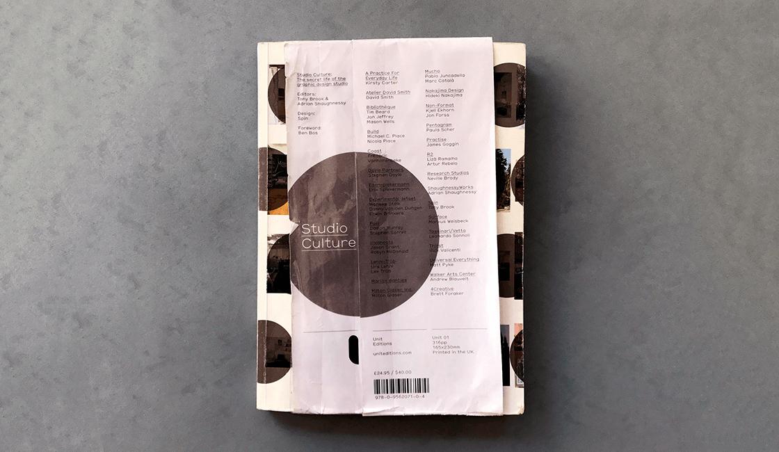 Studio-Culture-The-Secret-Life-of-a-Graphic-Design-Studio-por-Adrian-Shaughnessy-y-Tony-Brook-es-uno-de-los-libros-de-diseño-gráfico