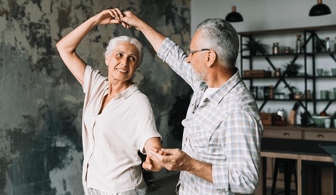Una-escena-de-parejas-bailando-lento-puede-crear-una-foto-romántica-grandiosa