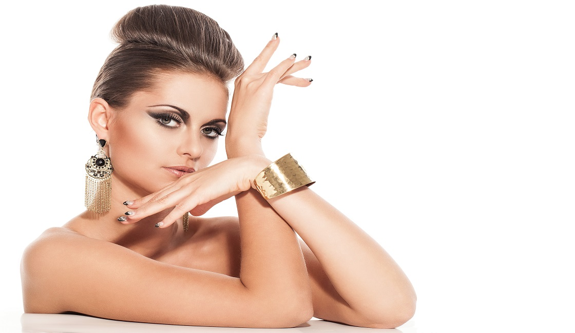la colocacion del brazo es clave en las poses de modelo para fotografia cuando se muestran bolsos y joyas