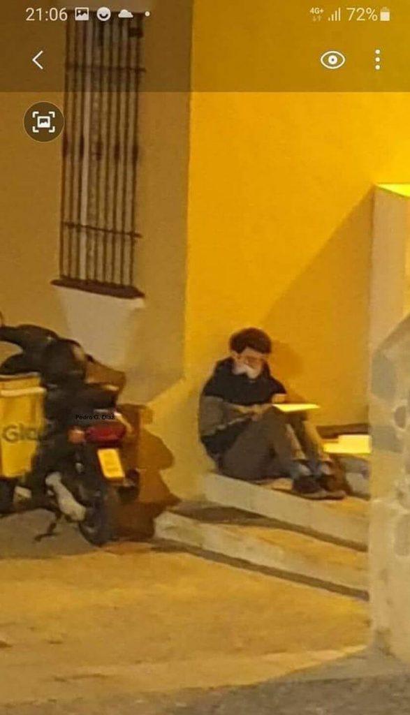 repartidor que estudia mientras trabaja